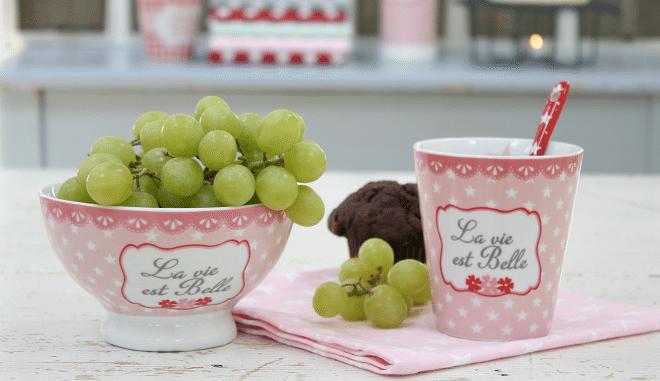 Dek de tafel met het vrolijke servies van Krasilnikoff