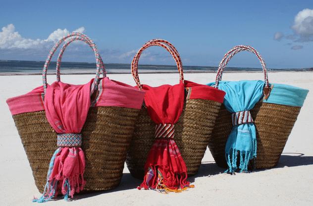 Handgemaakte rieten strandtas met rode kikoy uit Kenia