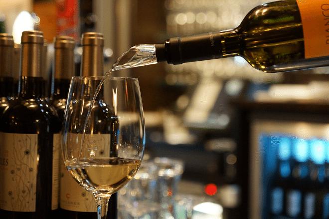 Stijlvol wijn koelen en schenken tijdens de feestdagen
