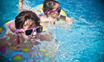 Spetteren en spatteren in het zwembadje in de tuin