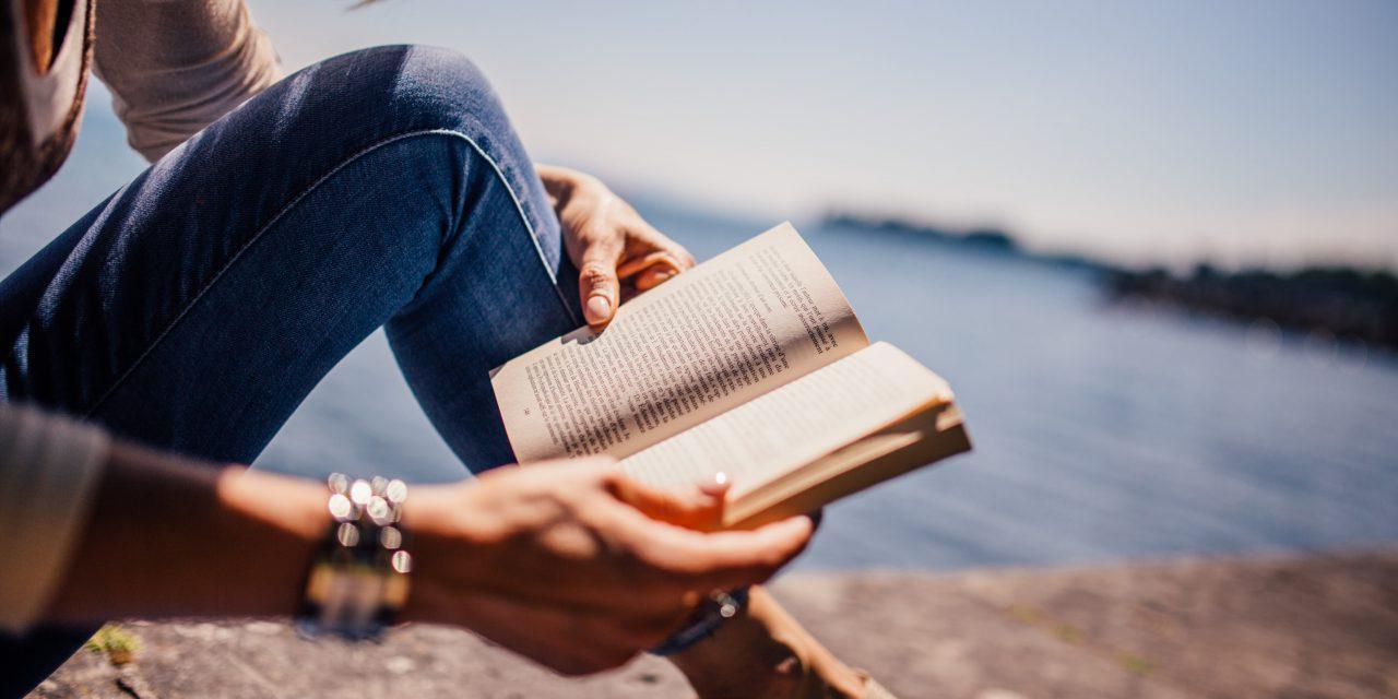 Zo lees je een hele stapel leuke boeken op vakantie